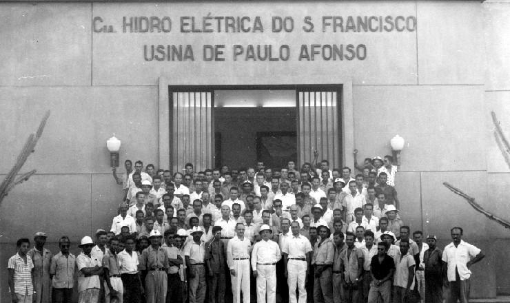 <strong> Engenheiros, t&eacute;cnicos e oper&aacute;rios posam</strong> na fachada da Usina Hidroel&eacute;trica de Paulo Afonso
