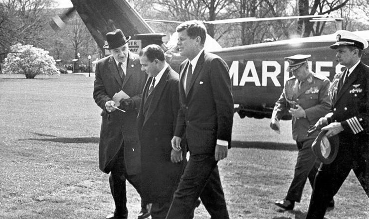 <strong> John Kennedy, presidente dos Estados Unidos, recepciona </strong> Jo&atilde;o Goulart&nbsp;na visita do presidente brasileiro aos EUA