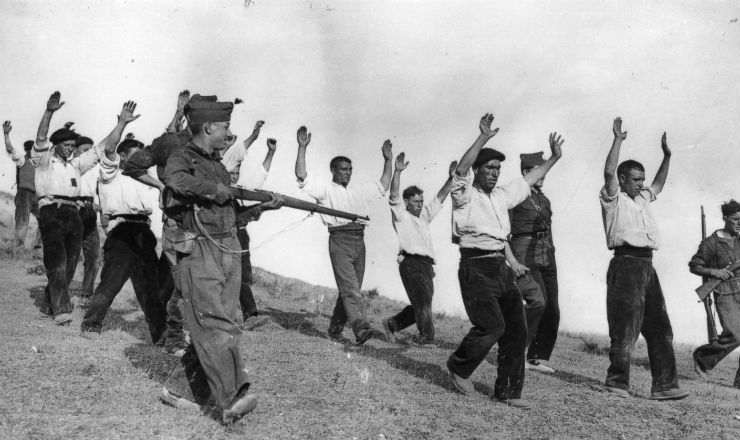 <strong> Falangistas escoltam </strong> republicanos capturados durante a Guerra Civil Espanhola&nbsp;