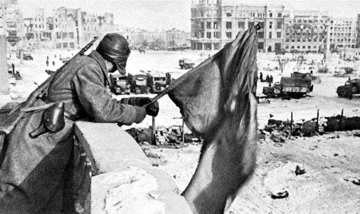 <strong> Soldado do Exército Vermelho agita </strong> abandeira soviética durante a batalha de Stalingrado