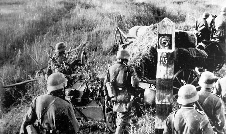 <strong> Tropas alemãs</strong> cruzam a fronteira da União Soviética durante a Operação Barbarossa&nbsp;