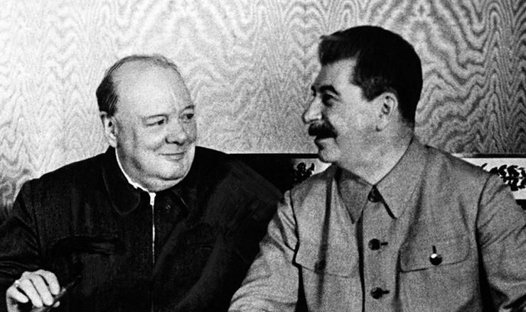 <strong> Winston Churchill, primeiro-ministro britânico, é recebidoem Moscou por Josef Stálin, </strong> secretário-geral do Partido Comunista da URSS, em 1942