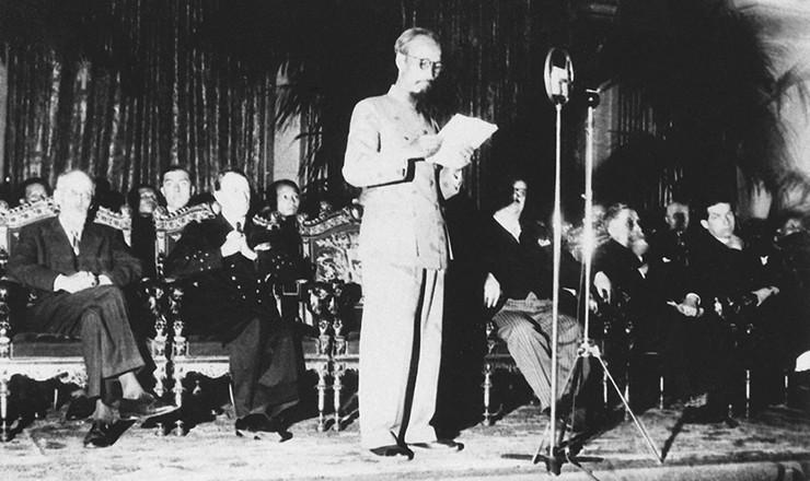 <strong> Ho Chi Minh, presidente da Rep&uacute;blica Democr&aacute;tica do Vietn&atilde;, discursa </strong> em Paris, durante as negocia&ccedil;&otilde;es com a Fran&ccedil;a, em 4 de julho de 1946