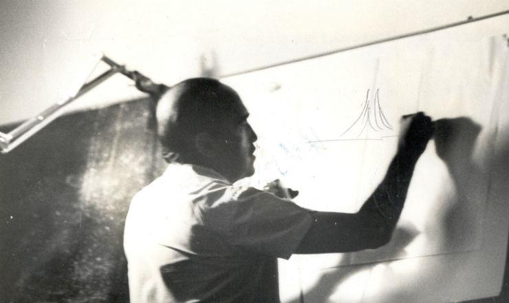 <strong> O arquiteto Oscar Niemeyer</strong> <strong> desenha </strong> a catedral de Bras&iacute;lia