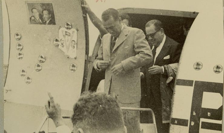 <strong> Juscelino desembarca em Itaperuna&nbsp;(RJ)&nbsp;</strong> seguido do articulador de sua&nbsp;candidatura,&nbsp;Ern&acirc;ni Amaral Peixoto, durante a campanha eleitoral de 1955