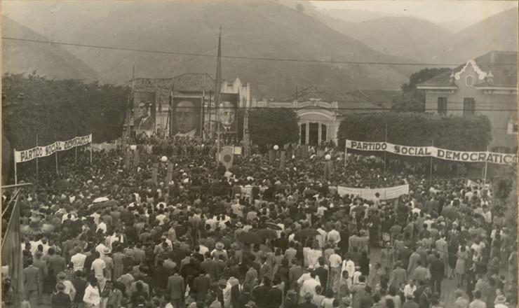 <strong> Populares participam </strong> de com&iacute;cio do general Eurico Gaspar Dutra em Barra do Pira&iacute;, Rio de Janeiro