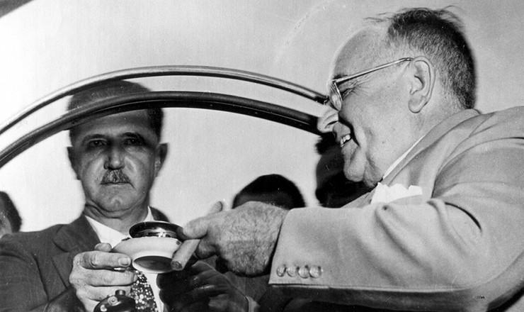 <strong> Get&uacute;lio Vargas e o governador Ademar de Barros</strong> <strong> tomam caf&eacute;</strong> durante a campanha para a Presid&ecirc;ncia da Rep&uacute;blica