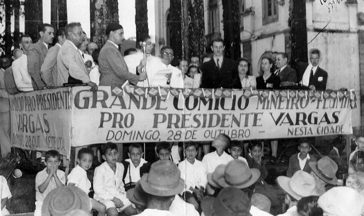 <strong> Pol&iacute;ticos no palanque </strong> do com&iacute;cio mineiro-fluminense pr&oacute;-Vargas<strong> </strong> em Rio Preto, Minas Gerais