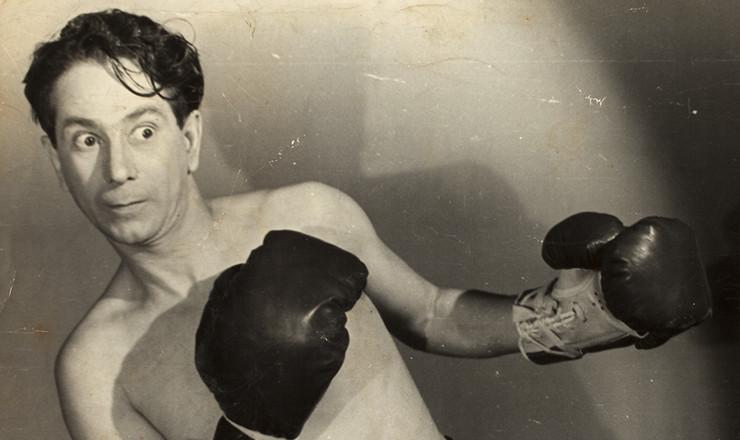 """<strong> Oscarito faz as vezes </strong> de pugilista no filme """"Este Mundo É um Pandeiro"""", de Watson Macedo (1947)"""