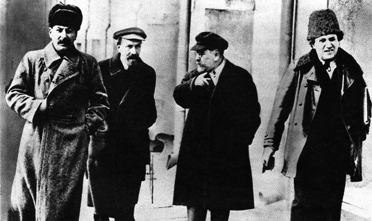 <strong> St&aacute;lin (esquerda)</strong> fotografado com Rykov, Kamenev e Zinoviev em 1925. Os tr&ecirc;s seriam executados por ordem de St&aacute;lin durante os expurgos