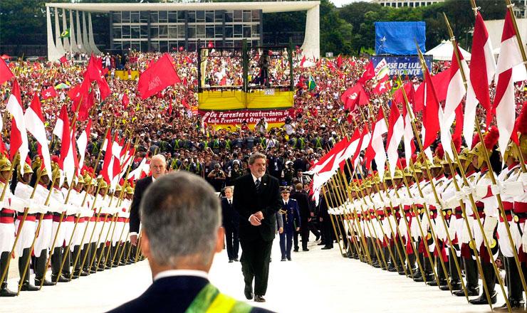 <strong> Sob o olhar de FHC, Lula sobe a rampa </strong> do Palácio do Planalto acompanhado do vice-presidente, José Alencar