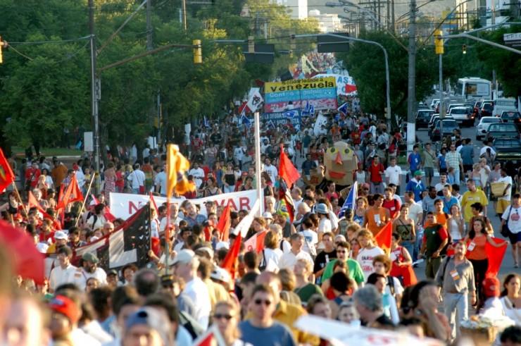 <strong> Cerca de 100 mil pessoas</strong> ocuparam as ruas de Porto Alegre durante FSM, em 2003