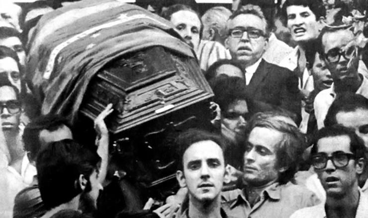 <strong> Saída do cortejo fúnebre,</strong> que foi acompanhado por cerca de 50 mil pessoas