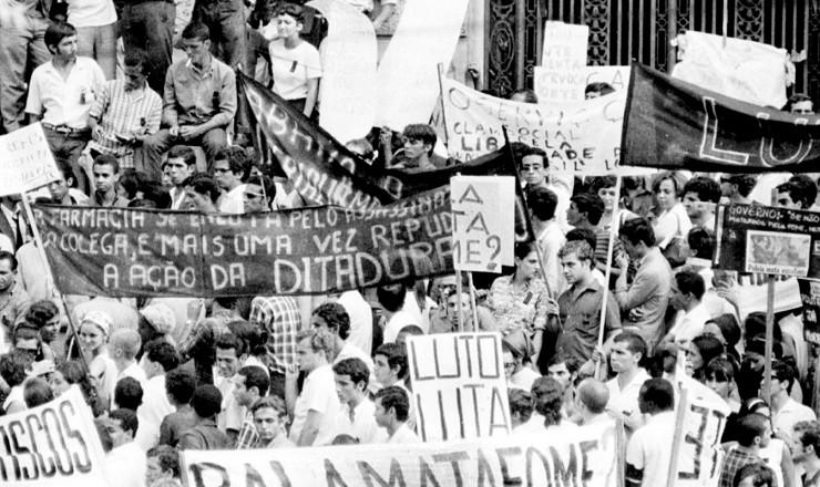 <strong> Estudantes protestam</strong> na Cinelândia pela morte de Edson Luís, momentos antes de saída de passeata