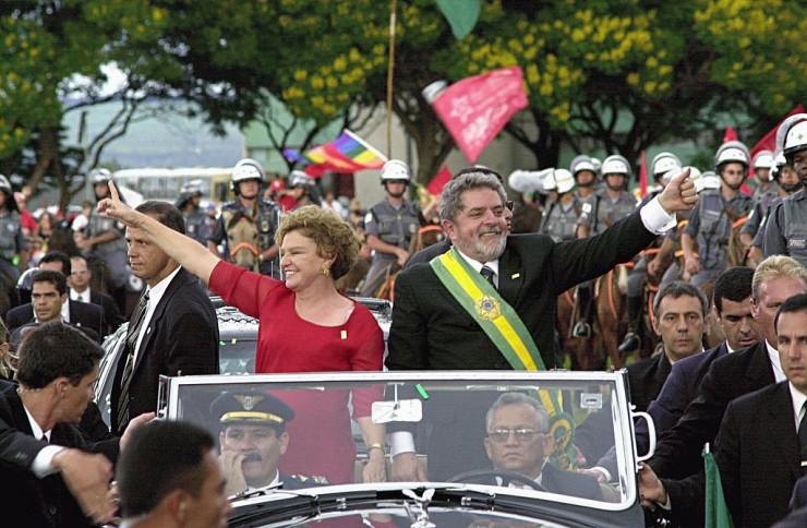 Presidente Lula da Silva e Marisa Letícia acenam para população no desfile pela Esplanada