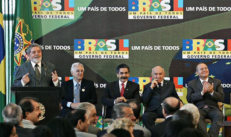 <strong> Presidente Lula durante cerim&ocirc;nia de san&ccedil;&atilde;o da lei do SNHIS;&nbsp;</strong> sentados, o presidente da Caixa, Jorge Mattoso, o ministro das Cidades, Ol&iacute;vio Dutra, e os presidentes da C&acirc;mara, Severino Cavalcanti, e do Senado, Renan Calheiros&nbsp;