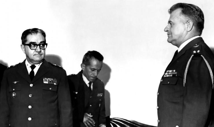 <strong> Brigadeiro Jo&atilde;o Paulo Burnier</strong> (&agrave; dir.) e Marcio de Souza e Mello, ministro da Aeron&aacute;utica
