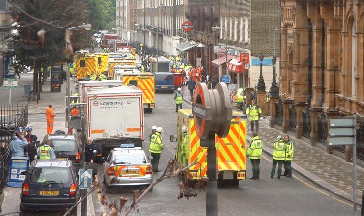 <strong> Ambulâncias na Russell Square:</strong> socorro às vítimas dos ataques sincronizados em estações de metrô londrino