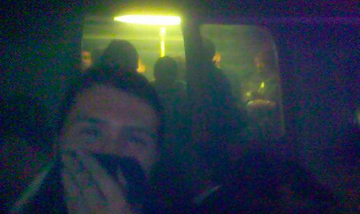 <strong> Desesperados após uma explosão, passageiros presos num vagão </strong> de metrô entre as estações King's Cross e Russell Square aguardam socorro