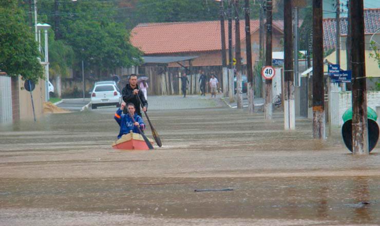 <strong> Moradores de Itaja&iacute;, Santa Catarina,&nbsp;usam bote </strong> a remo para se locomover em via p&uacute;blica