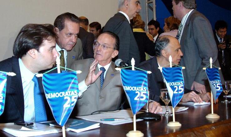 <strong> O novo presidente do antigo PFL&nbsp;</strong> (agora rebatizado de &quot;Democratas&quot;), Rodrigo Maia (&agrave; esquerda), ao lado de Jorge Bornhausen e Marco Maciel,&nbsp;na conven&ccedil;&atilde;o extraordin&aacute;ria que refundou o partido