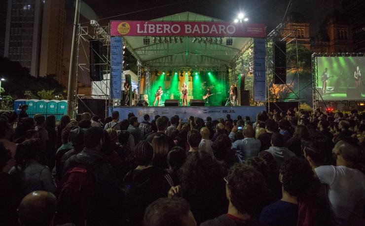 <strong> Palco na rua Líbero Badaró, centro da cidade: </strong> público diverso