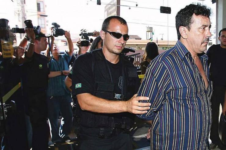 <strong> Agente da PF leva preso Carl&atilde;o de Oliveira, presidente da Assembleia Legislativa de Rond&ocirc;nia: </strong> esquema de corrup&ccedil;&atilde;o desviou R$ 70 milh&otilde;es dos cofres do estado