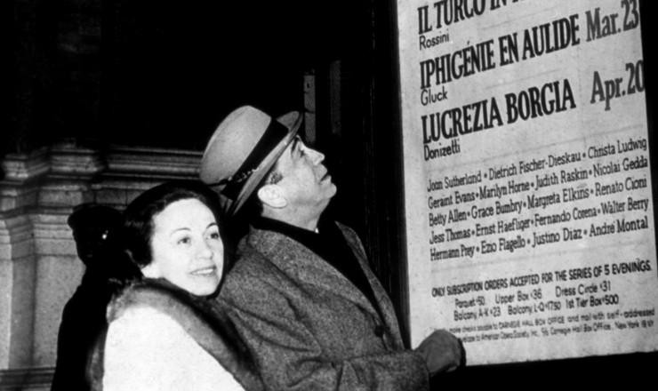 <strong> Sarah e Juscelino Kubitschek,</strong> no ex&iacute;lio, observam cartaz de &oacute;peras do Carnegie Hall, em Nova York, em mar&ccedil;o de 1965