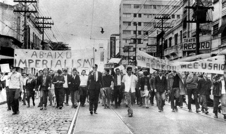 <strong> Estudantes em passeata</strong> em S&atilde;o Paulo contra os acordos MEC-Usaid, que permaneceram por dois anos em segredo