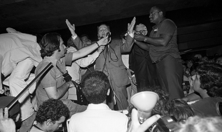 <strong> Luís Carlos Prestes</strong> fala aos jornalistas ao desembarcar no aeroporto do Galeão, no Rio de Janeiro