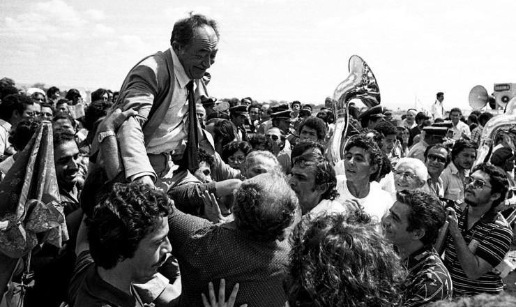 <strong> Miguel Arraes</strong> é recebido com festa no Crato (CE), sua cidade natal