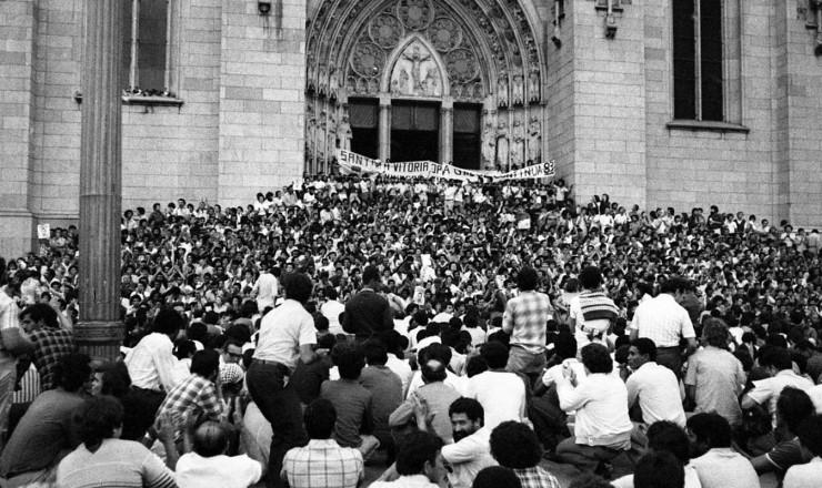 <strong> Manifestantes reunidos</strong> em frente &agrave; Catedral da S&eacute;, onde foi realizada a missa de corpo presente