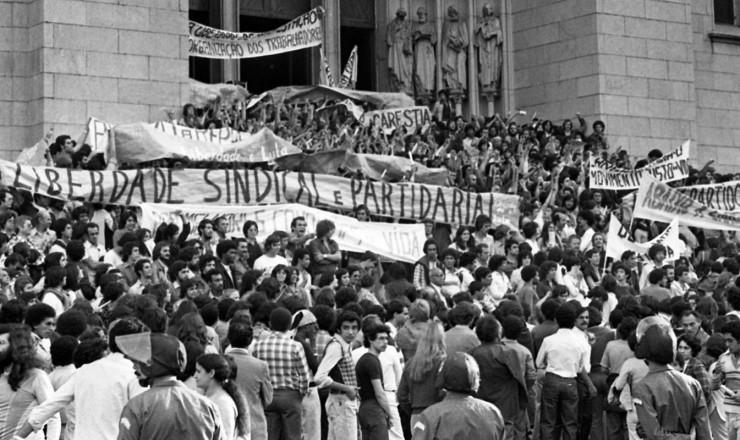<strong> Manifestantes do lado de fora </strong> da Catedral do S&eacute;, no ato organizado pelo Movimento Contra o Custo de Vida  &nbsp;