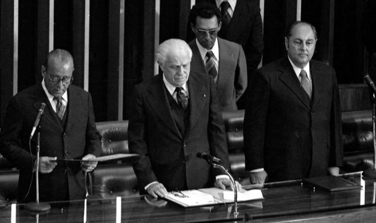 <strong> Figueiredo presta juramento </strong> em sua posse no Congresso Nacional acompanhado pelo vice, Aureliano Chaves (&agrave; dir.)