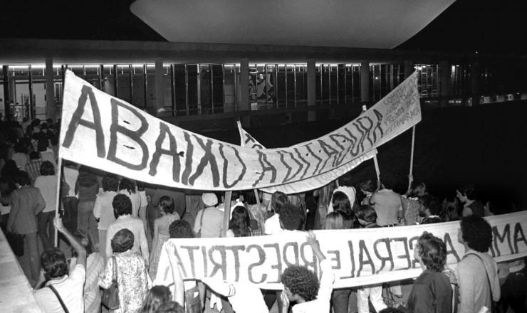 <strong> Militantes de movimentos pró-anistia</strong> sobem a rampa do Congresso Nacional no dia da votação do projeto do governo
