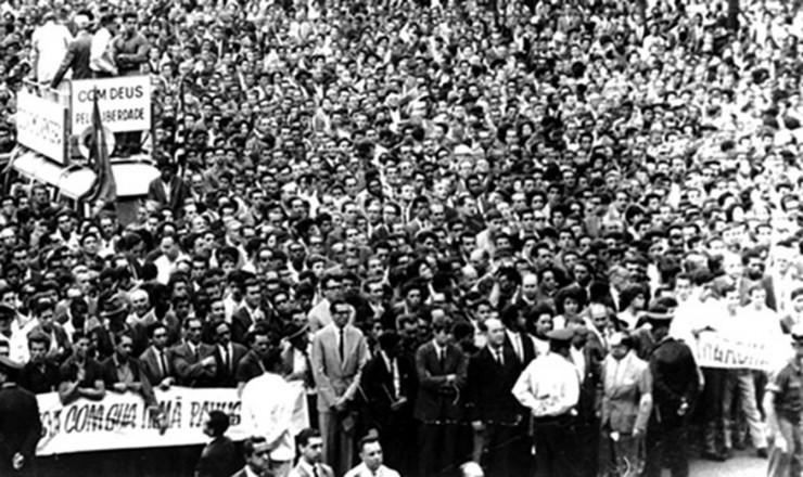 <strong> Marcha da Fam&iacute;lia com Deus,</strong> em S&atilde;o Paulo: 500 mil pessoas no centro da cidade, segundo jornais da oposi&ccedil;&atilde;o