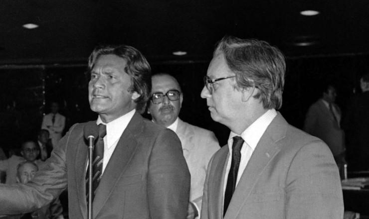 <strong> O senador Marcos Freire (PMDB-PE)</strong> &nbsp;protesta contra o Pacote de Novembro, entre os senadores Teot&ocirc;nio Vilela (&agrave; esq.) e Itamar Franco (&agrave; dir.)