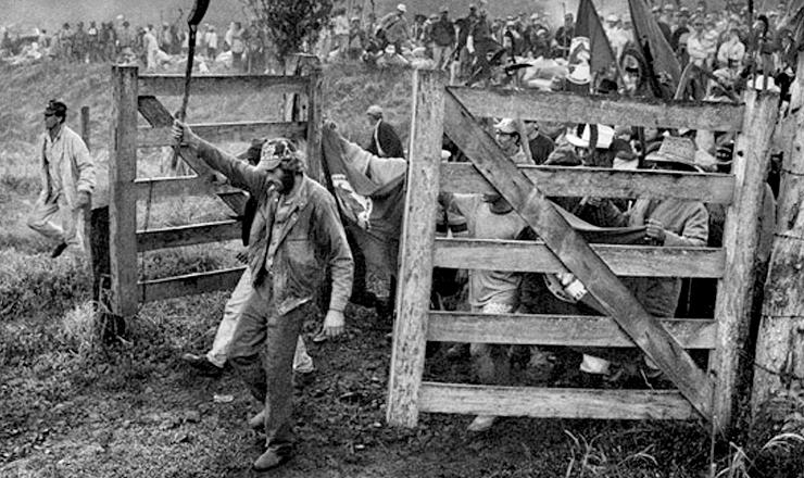 <strong> Foto de Sebasti&atilde;o Salgado</strong> publicada em seu livro &quot;Terra&quot;, de 1997, dedicado &agrave;s fam&iacute;lias sem terra brasileiras; obra tem introdu&ccedil;&atilde;o do escritor portugu&ecirc;s Jos&eacute; Saramago e versos de Chico Buarque