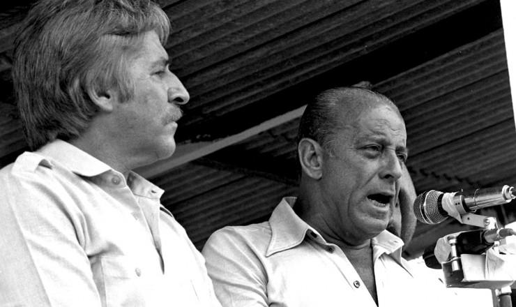 <strong> Ao lado do major Curió,</strong> Figueiredo discursa a garimpeiros em Curionópolis