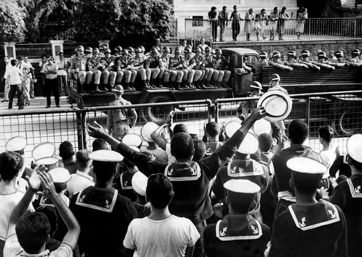 <strong> Marinheiros saúdam soldados</strong> do Exército destacados para prendê-los no Sindicato dos Metalúrgicos