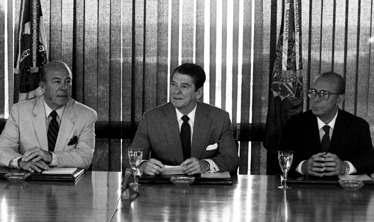 <strong> Ronald Reagan </strong> entre o secretário de Estado dos EUA,&nbsp;George Shultz, e o general presidente João Baptista Figueiredo