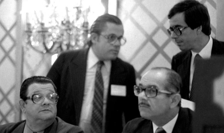 <strong> &nbsp;Delfim Netto </strong> (&agrave; esq.), Ernane Galvêas (&agrave; dir.) e Carlos Langoni (atrás, &agrave; dir.) durante reuni&atilde;o de negocia&ccedil;&atilde;o com o FMI e bancos credores, em Nova York, em fevereiro de 1983