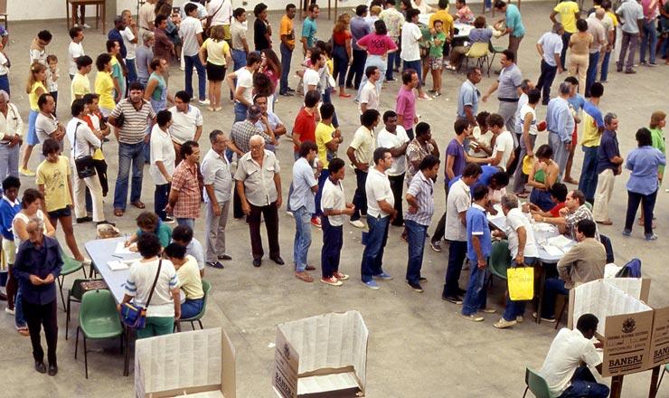 <strong> Eleitores&nbsp;em filas</strong> para votar em sess&atilde;o eleitoral do Estado do Rio de Janeiro  <br />
