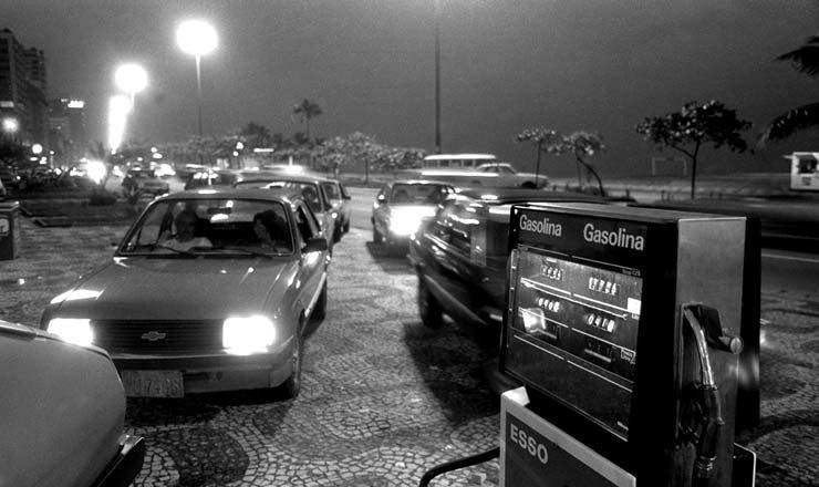 <strong> Carros fazem fila em posto de combust&iacute;veis </strong> para abastecer o tanque antes do aumento da gasolina de 60%, que entrou em vigor &agrave;s v&eacute;speras do an&uacute;ncio do Cruzado 2  &nbsp;  <br />