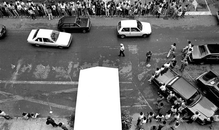 <strong> Populares aguardam a sa&iacute;da </strong> de Funaro do pr&eacute;dio da Confedera&ccedil;&atilde;o Nacional do Com&eacute;rcio em Bras&iacute;lia para protestar contra o Cruzado 2  <br />