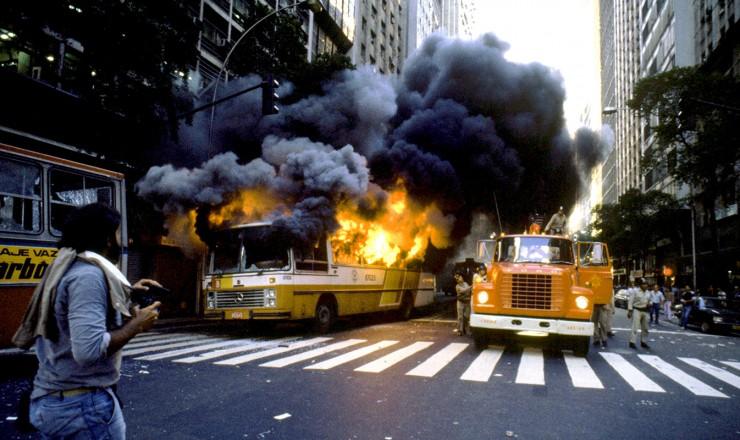 <strong> &Ocirc;nibus incendiado </strong> por manifestantes em rua do centro do Rio de Janeiro