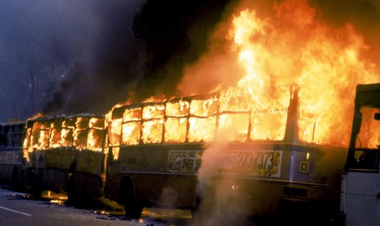 <strong> Coletivos em chamas no Rio; </strong> 60 ônibus foram incendiados por populares revoltados com o aumento de 49% nas tarifas