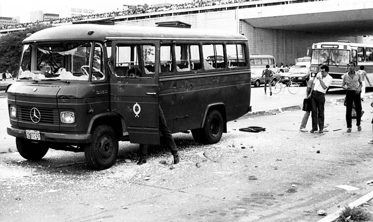 <strong> &Ocirc;nibus militar depredado </strong> no protesto em Bras&iacute;lia; Ex&eacute;rcito atuou com forte aparato no isolamento ao Pal&aacute;cio do Planalto  &nbsp;