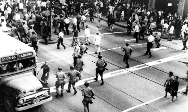 <strong> Exército reprime manifestantes </strong> em Porto Alegre no dia do golpe militar