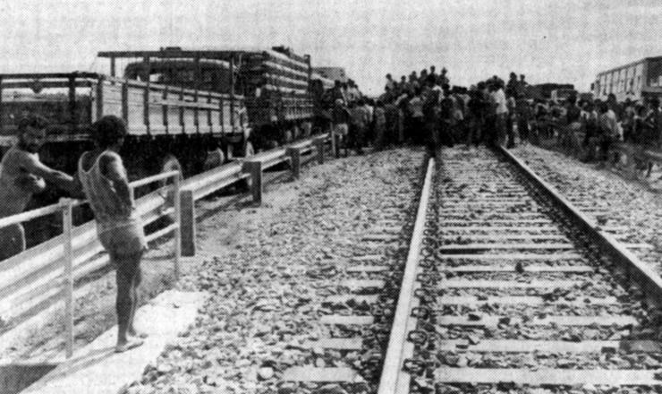 <strong> Garimpeiros bloqueiam rodovia e ferrovia</strong> em Marab&aacute;, em protesto contra as m&aacute;s condi&ccedil;&otilde;es de trabalho em Serra Pelada  &nbsp;